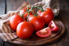 Tomates maduros rojos en la vid Imagen de archivo
