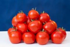 Tomates maduros rojos en una tabla Imagen de archivo