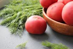 Tomates maduros vermelhos frescos e ervas frescas para a salada Foto de Stock Royalty Free