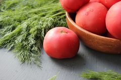Tomates maduros vermelhos frescos e ervas frescas para a salada Imagens de Stock