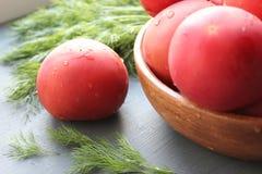 Tomates maduros vermelhos frescos e ervas frescas para a salada Fotos de Stock