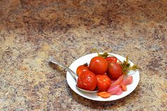 Tomates marinées avec des betteraves, des carottes, des pommes et des poivrons images stock