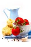 Tomates na bacia e na massa brancas Fotografia de Stock Royalty Free