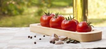 Tomates na placa de madeira Fotos de Stock Royalty Free