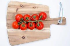 Tomates na tabela de madeira Fotos de Stock