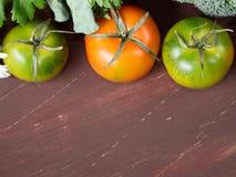 Tomates na tabela de madeira Fotografia de Stock Royalty Free