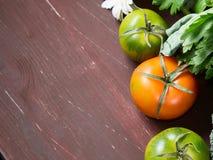 Tomates na tabela de madeira Imagens de Stock Royalty Free