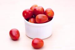 Tomates no copo branco Fotografia de Stock
