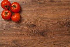 Tomates no ramo Fotos de Stock Royalty Free