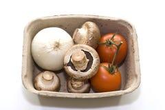 Tomates, oignon et champignons dans une boîte Photo stock