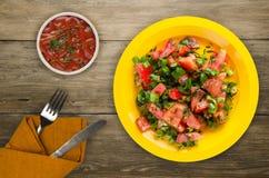Tomates, oignon, fenouil d'un plat sur un fond en bois Photos stock