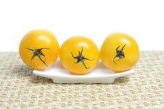 Tomates orgânicos amarelos imagem de stock