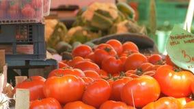 Tomates orgânicos no fazendeiro Market video estoque