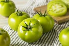 Tomates orgânicos verdes crus Fotos de Stock