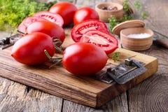 Tomates organiques mûres sur la table en bois rustique photographie stock