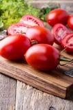 Tomates organiques mûres sur la table en bois rustique image libre de droits