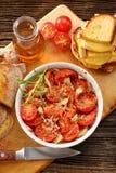 Tomates, pain de maïs et sandwichs cuits au four avec du fromage fondu photos stock