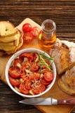 Tomates, pain de maïs et sandwichs cuits au four avec du fromage fondu photographie stock