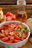 Tomates, pain de maïs et sandwichs cuits au four avec du fromage fondu photo stock