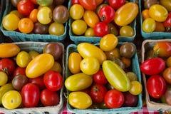 Tomates para a venda em um mercado dos fazendeiros fotografia de stock
