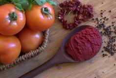 Tomates, pasta de tomate Imagen de archivo