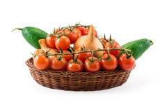 Tomates, pepino e cebolas vermelhos frescos na cesta de madeira Imagem de Stock Royalty Free