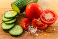 Tomates, pepino e sal Fotografia de Stock Royalty Free