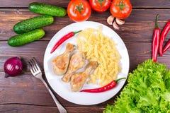 Tomates, pepinos, cebollas, verdes, ² Ð?ришÐ?Д ÑŒ, piernas de Ð de pollo fritas Imagen de archivo