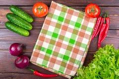 Tomates, pepinos, cebollas, verdes, Imagen de archivo libre de regalías