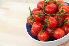 Tomates pequenos vermelhos frescos Fotografia de Stock
