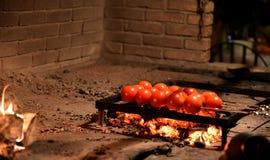 Tomates perforados con los pinchos en la participación Fotografía de archivo