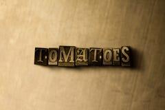 TOMATES - plan rapproché de mot composé par vintage sale sur le contexte en métal Images stock