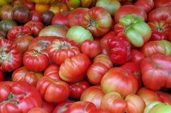 Tomates pliled no mercado Imagem de Stock Royalty Free