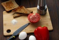 Tomates, poivrons et oeufs sur la table photographie stock libre de droits