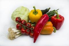 Tomates, poivrons, oignons, chou et concombre se trouvant sur le fond blanc photographie stock libre de droits