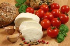 Tomates, queijo, pão Fotografia de Stock Royalty Free