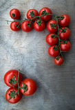 Tomates red delicious fraîches sur un vieux backgro de table en bois Images stock