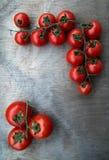 Tomates red delicious frescos en un backgro tablero de madera viejo Imagenes de archivo