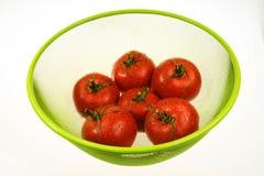Tomates rojos en cesta verde Fotografía de archivo