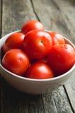 Tomates rojos en cuenco Imagen de archivo