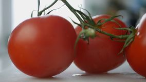 Tomates rojos en la imagen de las verduras frescas de la tabla foto de archivo