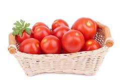 Tomates rojos en una cesta Fotografía de archivo libre de regalías
