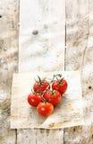 Tomates rojos en una cocina rústica sucia Imagen de archivo libre de regalías
