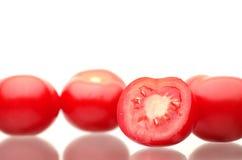 Tomates rojos frescos en un fondo blanco Imagen de archivo libre de regalías