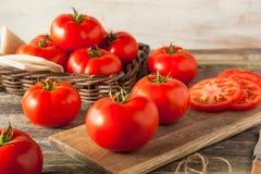 Tomates rojos orgánicos crudos del filete Fotos de archivo libres de regalías