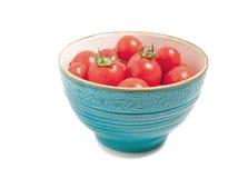 Tomates rojos perfectos en tazón de fuente de la turquesa Imagen de archivo libre de regalías