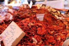 Tomates rojos secados en un mercado del granjero en Francia, Europa Tomates italianos Mercado francés de la calle en Niza imagen de archivo