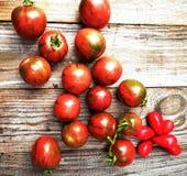 Tomates rosados en una tabla de madera Imágenes de archivo libres de regalías
