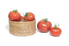 Tomates rouges dans le panier d'acacia d'isolement sur le fond blanc Photo libre de droits