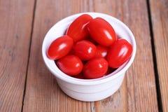 Tomates rouges dans une cuvette blanche Images libres de droits